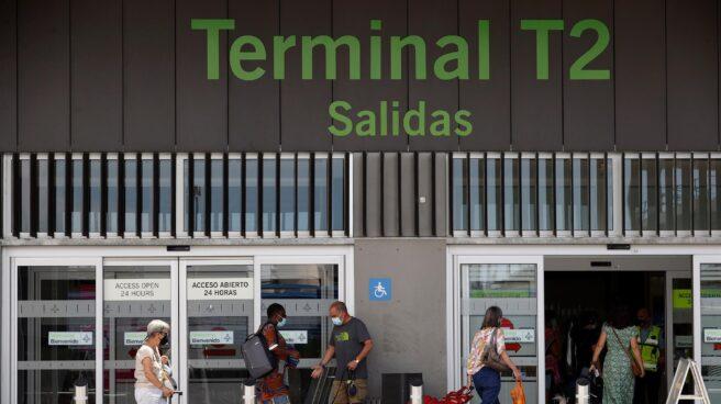 Pasajeros llegan al aeropuerto de Madrid Adolfo Suárez Barajas este jueves, fecha de inicio de la operación salida, que coincide con la reapertura de las terminales T2 y T3, con las que el aeropuerto recupera toda su operativa tras el cierre por la pandemia del coronavirus.