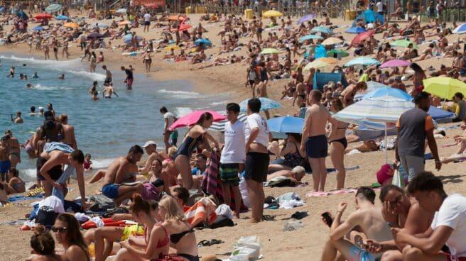 Gran afluencia de publico en la playa de Barceloneta de Barcelona el pasado sábado.