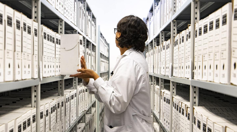 Henar Alonso, técnico del Archivo General Militar de Ávila, saca una de las miles de cajas que tienen bajo llave