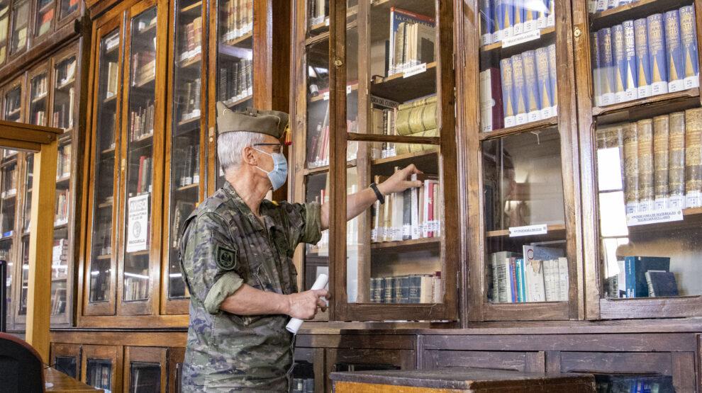El coronel Juan Antonio Pérez-Chao Maldonado, director del Archivo General Militar de Ávila, ojea unos libros en la sala de investigación