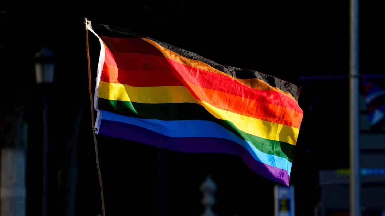 La bandera LGTBI durante una manifestación centrada en el colectivo trans.