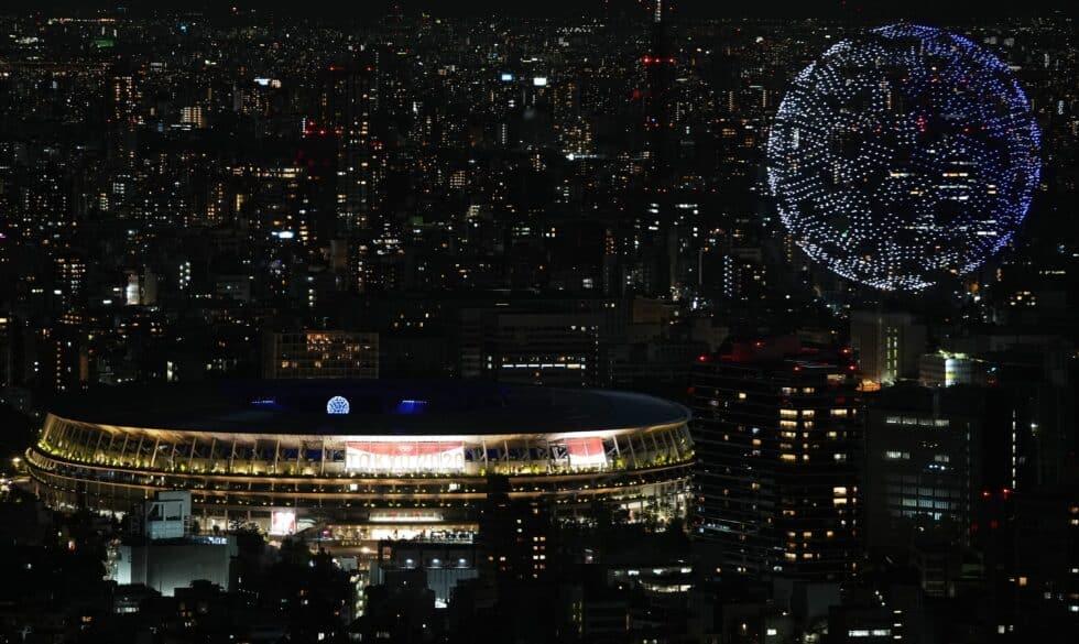 Imagen de la bola del mundo que han formado cientos de drones encima del Estadio Olímpico
