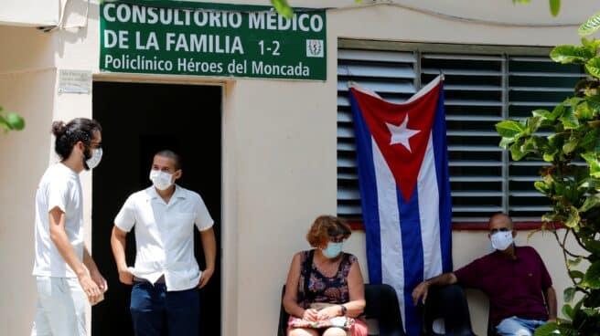 Varios cubanos en un centro de vacunación en La Habana