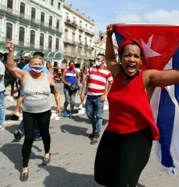 """Miles de cubanos salen a las calles al grito de """"abajo la dictadura"""" y """"libertad"""""""