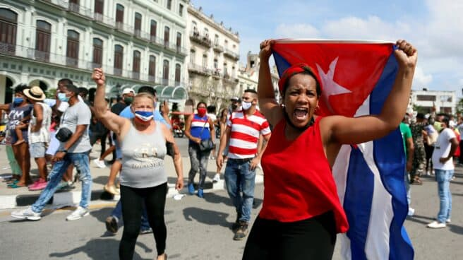 Varios cubanos exhiben su descontento en La Habana