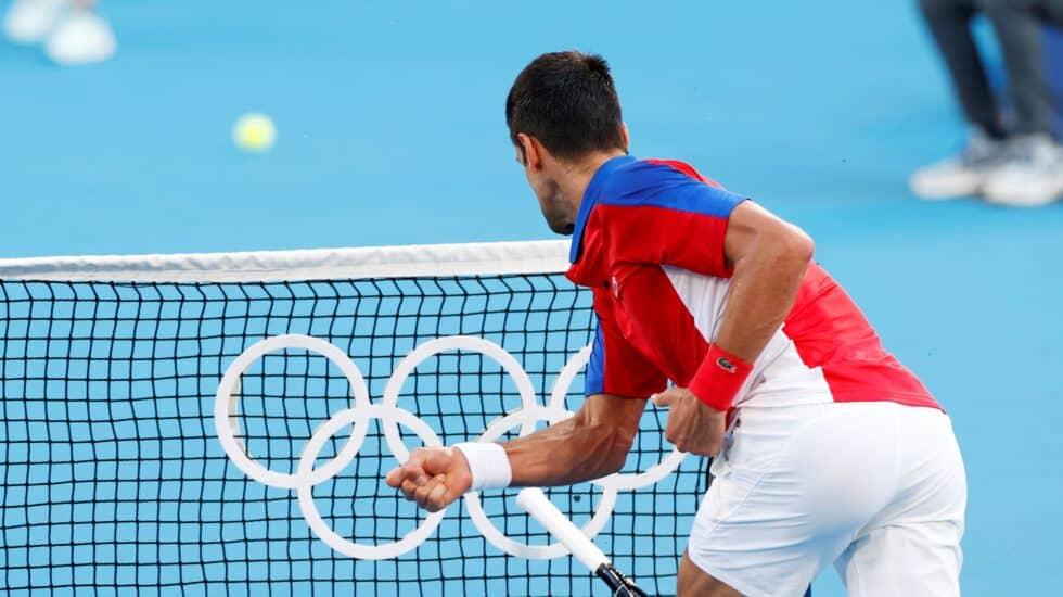 Novak Djokovic estampa su raqueta en la red de los Juegos Olímpicos de Tokio