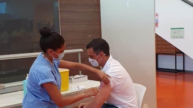 Pedro Sánchez recibe la segunda dosis de la vacuna contra el Covid