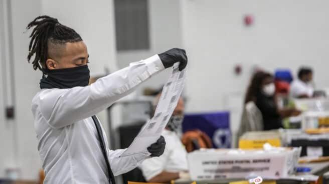 Un miembro de departamento electoral de Detroit comprueba los votos anticipados.