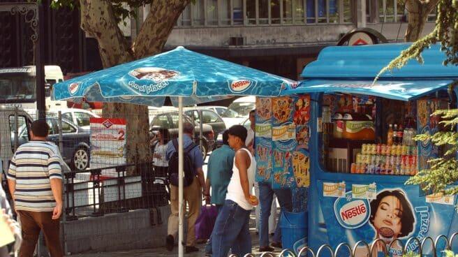 Fotografía de un puesto de helados Nestlé en la calle
