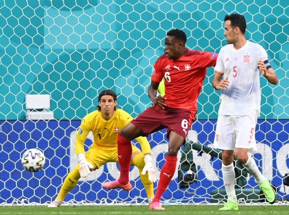 Momento del 1-0 para España tras el toque en propia de Zakaria