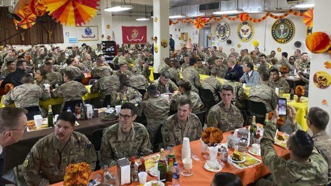El expresidente Donald Trump, en una cena con las tropas en la base de Bagram, Afganistán.
