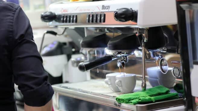 Un camarero prepara café en un bar, en Madrid (España)