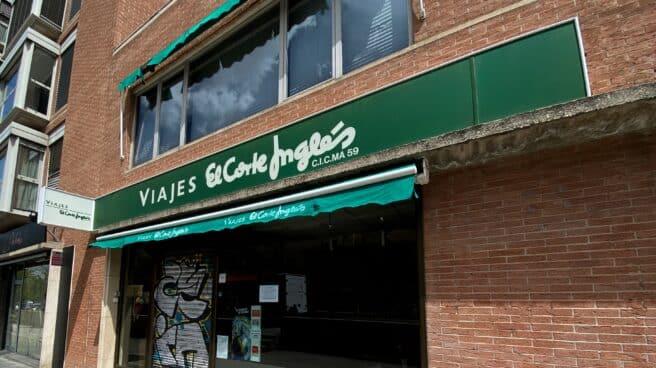 Entrada cerrada temporalmente de un local de Viajes El Corte Inglés.