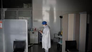 """Contagios tras la vacuna en sanitarios: """"Desde el lunes no vivimos más que para el Covid"""""""