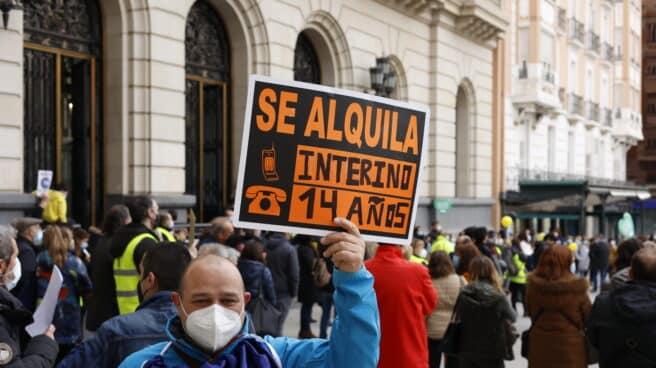 Un trabajador interino se manifiesta en la Plaza de España de Zaragoza en febrero.