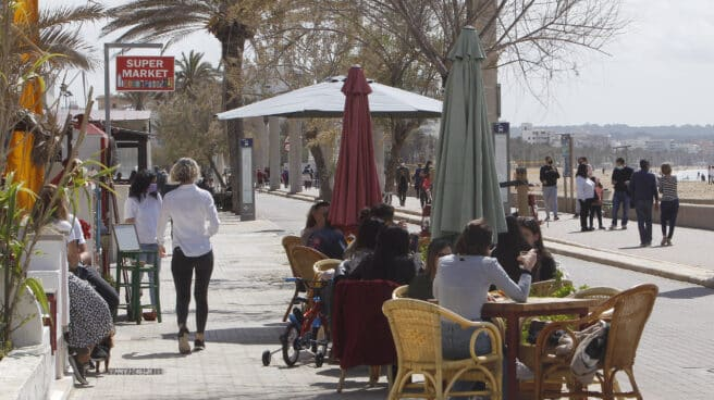 Varias personas en la terraza de un barde Mallorca, Islas Baleares.