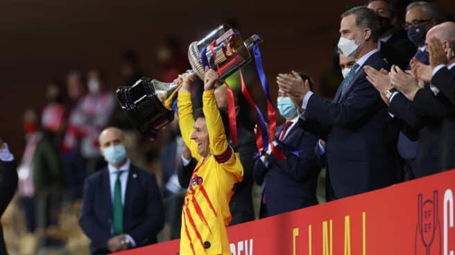 Leo Messi levanta la Copa del Rey ganada en Sevilla esta temporada