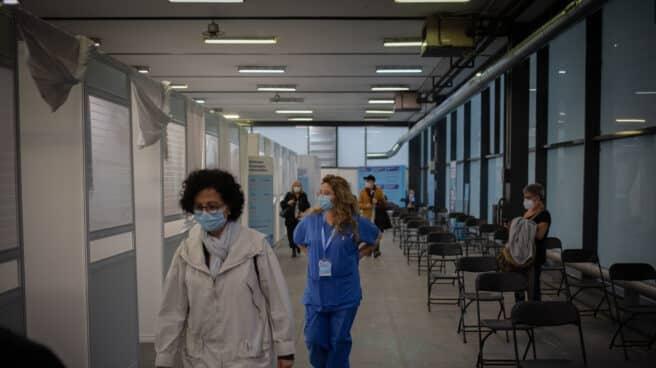 Una mujer y una sanitaria en el circuito de vacunación de Fira de Barcelona