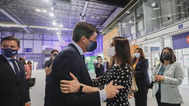El vicepresidente de la Junta de Andalucía, Juan Marín (i), saluda a la líder de Ciudadanos, Inés Arrimadas (d).