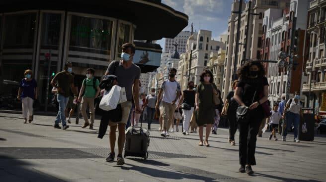 Un hombre con una maleta en la plaza de Callao, en Madrid.