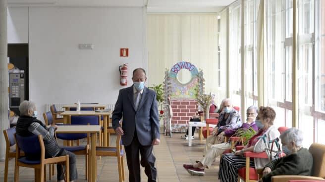 Varios ancianos en una de las salas de la Residencia de mayores de Carballo (Galicia), en jun
