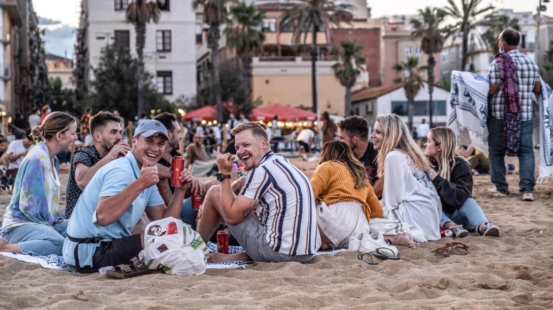Jóvenes en una playa de Barcelona.