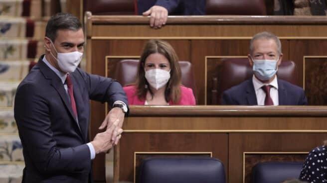 Pedro Sánchez junto a Adriana Lastra y Ander Gil en el Congreso