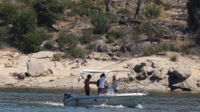 Un grupo de personas buscan a una niña de 10 años desaparecida en el pantano de San Juan.