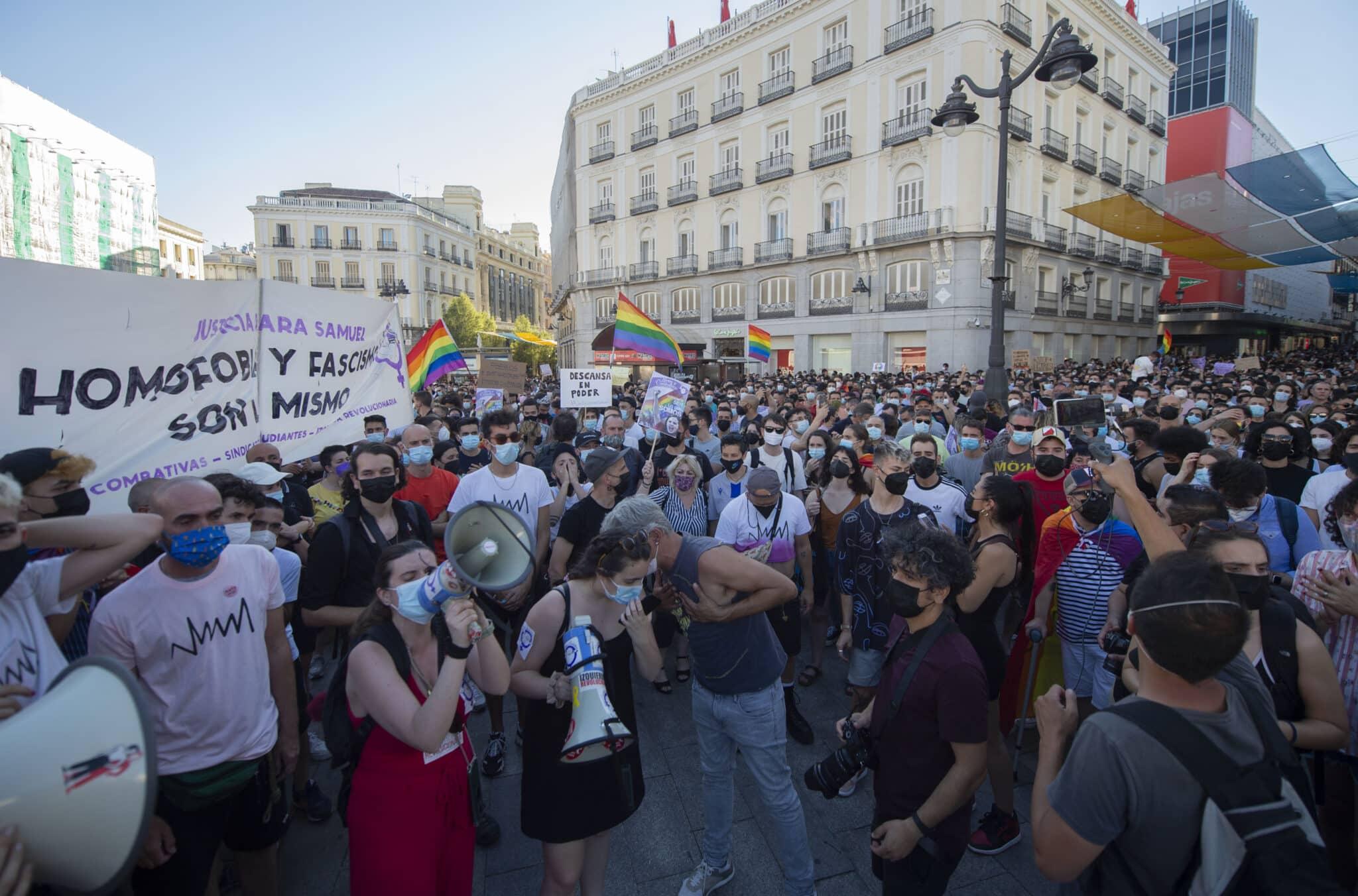 Cientos de personas durante una manifestación para condenar el asesinato de un joven de 24 años el pasado sábado en A Coruña debido a una paliza.