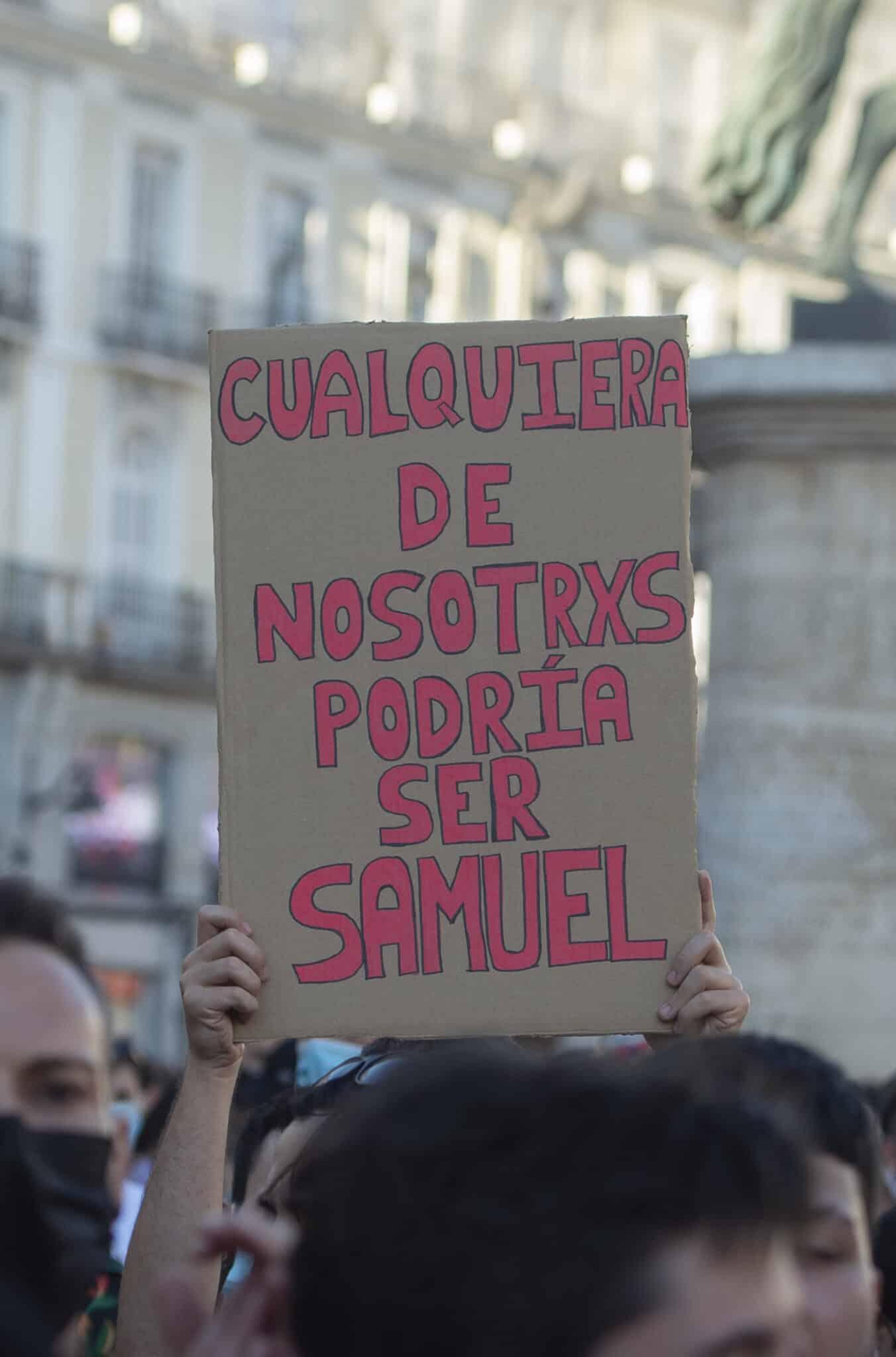 Una chica sostiene una pancarta durante una manifestación para condenar el asesinato de un joven de 24 años el pasado sábado en