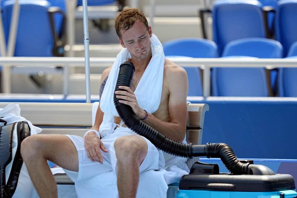 El ruso Medvedev intentando refrescarse durante un partido en Tokio