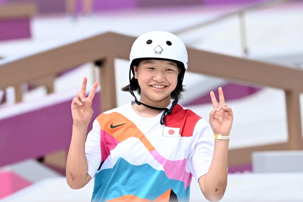 Momiji Nishiya, la representante de 13 años de Japón, celebra su triunfo en la final de skate.