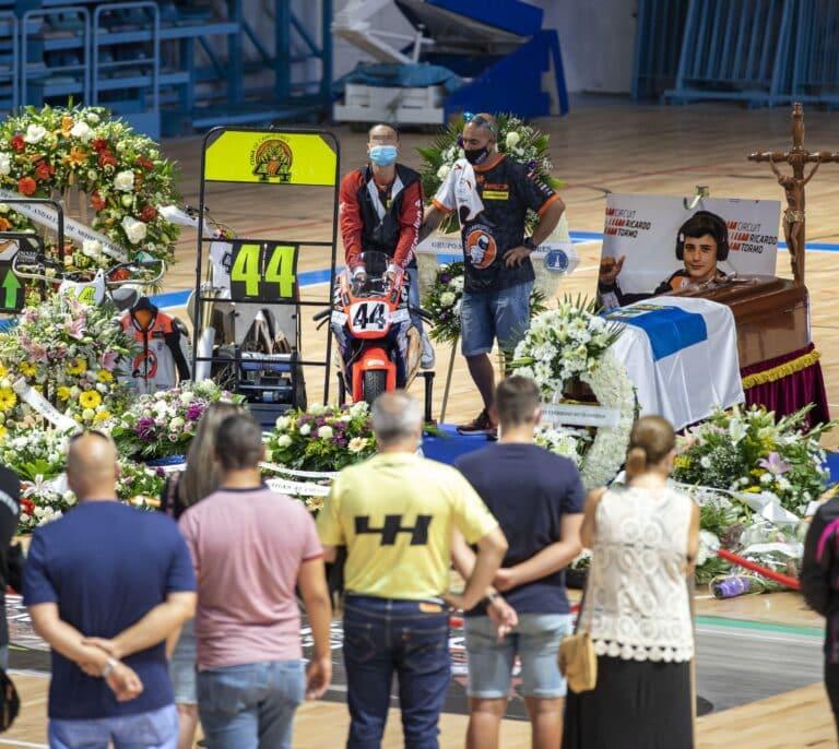 Ciudadanos y aficionados del motor dan su último adiós en Huelva a Hugo Millán en su capilla ardiente