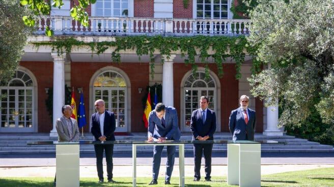 Firma del acuerdo de las pensiones en la Moncloa.
