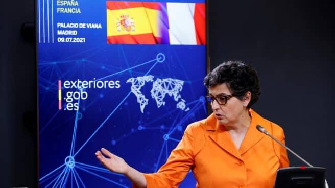 Arancha González Laya, en su última rueda de prensa como ministra de Exteriores con el jefe de la diplomacia francesa, Yves Le Drian
