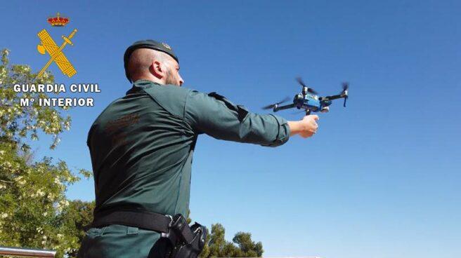 Un guardia civil, operando un dron.