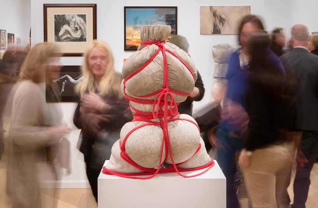 Bikinis en cuerpos de hormigón; la representación del cuerpo femenino a ojos de Jeff Muhs