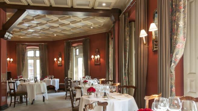 Sala principal del restaurante Horcher, junto al parque del Retiro en Madrid.