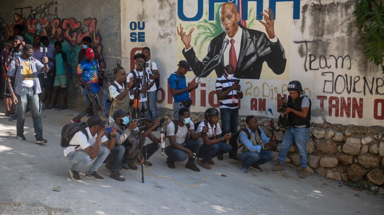Varios haitianos se congregan cerca de un muro con la imagen del presidente asesinado, Juvenal Moïse