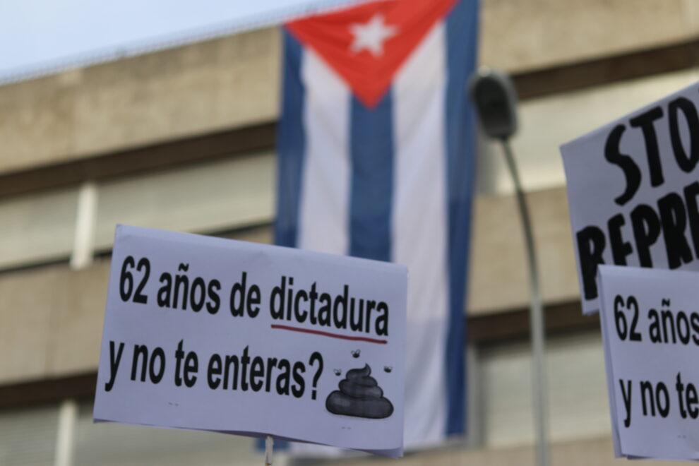 Pancarta frente a la embajada cubana en Madrid