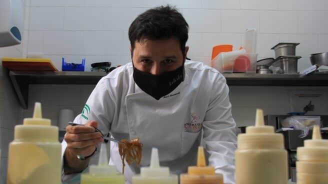 El cocinero Javier Abascal, en la cocina del restaurante sevillano 'LaLola'.