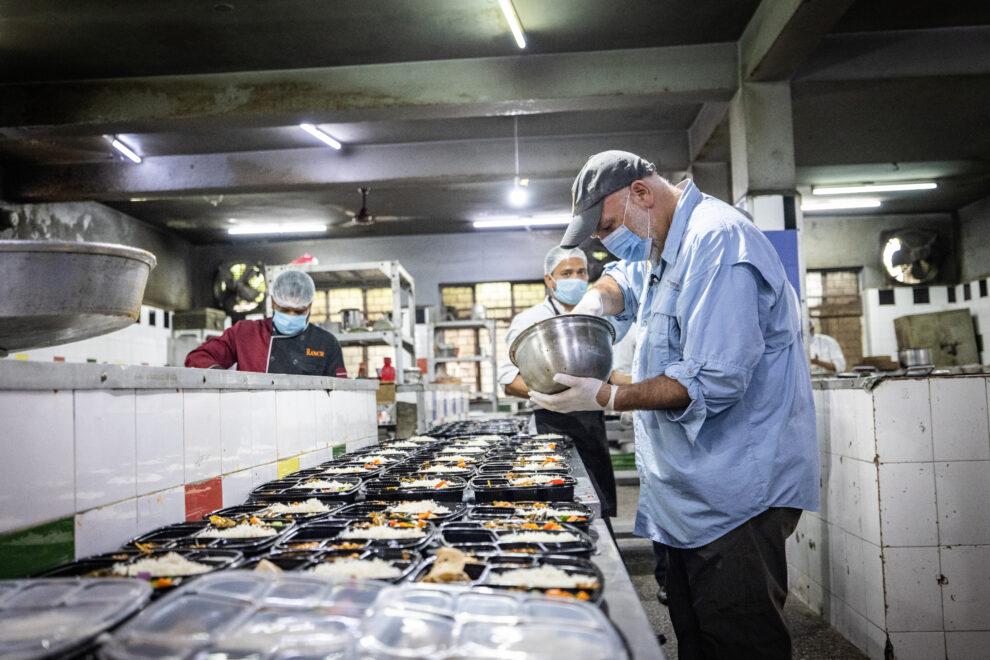 José Andrés en una cocina durante su reciente viaje a la India con World Central Kitchen