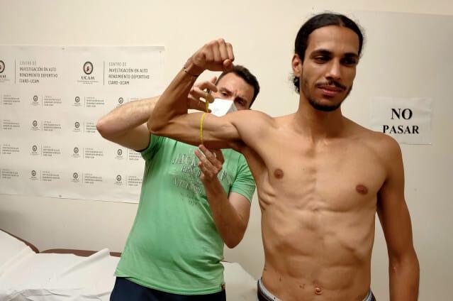 Mo Katir, durante una revisión médica en la Universidad Católica de Murcia