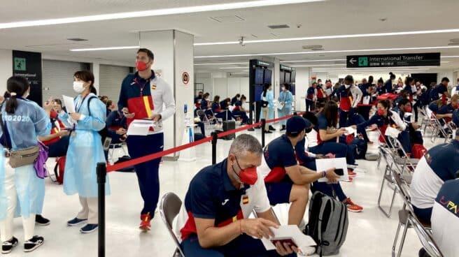 La expedición española, a su llegada al aeropuerto de Narita para participar en los Juegos Olímpicos