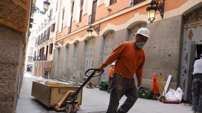 Un obrero con material de construcción