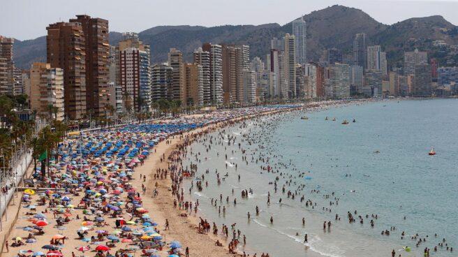 Cientos de turistas disfrutan de la playa de Levante de Benidorm este mes de julio.