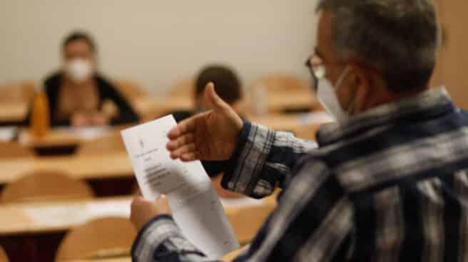 Un profesor en las pruebas de acceso a la universidad en Madrid.