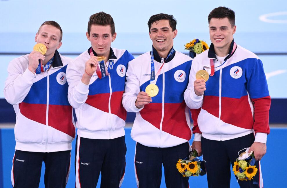 El equipo masculino de gimnasia celebra el oro en equipos
