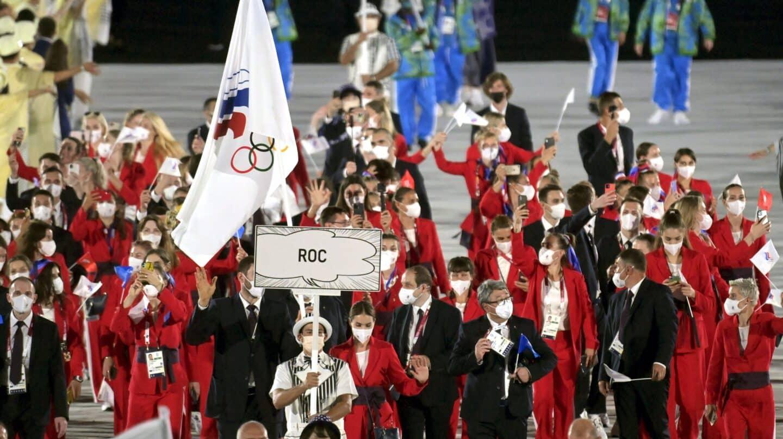 La delegación de deportistas rusos, durante el desfile de la ceremonia inaugural con el cartel de ROC y la bandera del Comité Olímpico Ruso