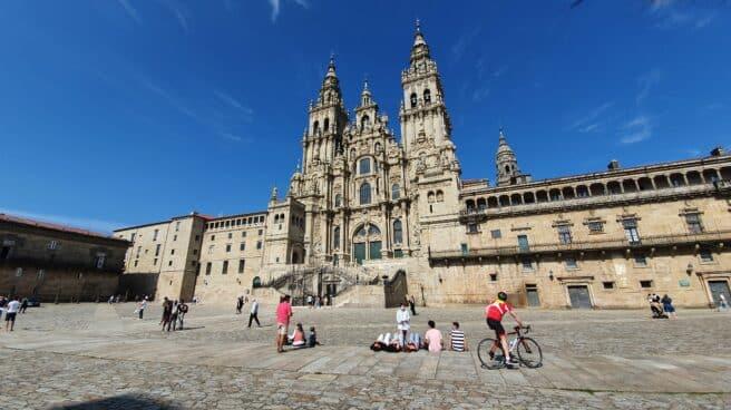 Peregrinos delante de la catedral de Santiago